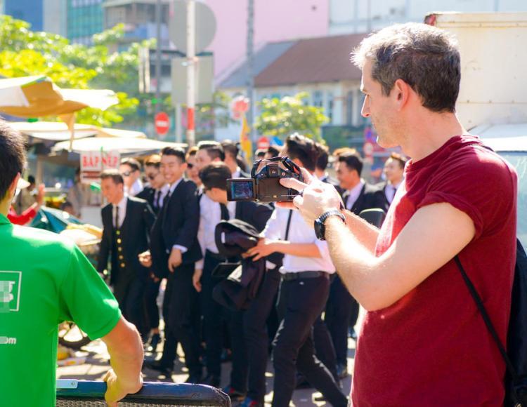 Một khách du lịch nước ngoài ghi lại hình ảnh của Mr. Đàm.