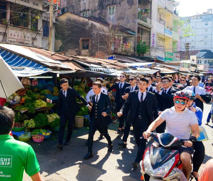 """""""Ông hoàng nhạc Việt"""" cùng dàn """"soái ca"""" đã thu hút sự chú ý của các tiểu thương và đông đảo khách mua hàng."""
