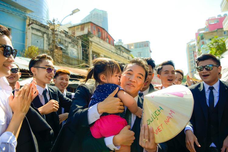Khoảnh khắc đáng yêu của anh và fan nhí được nhiều người xung quanh chụp lại.