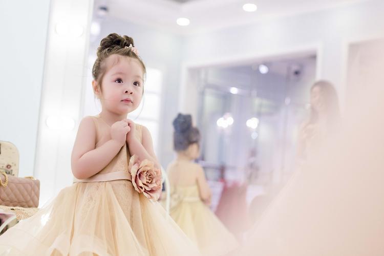 Diện váy đôi, Cadie Mộc Trà hóa bản sao nhí hoàn hảo của Elly Trần