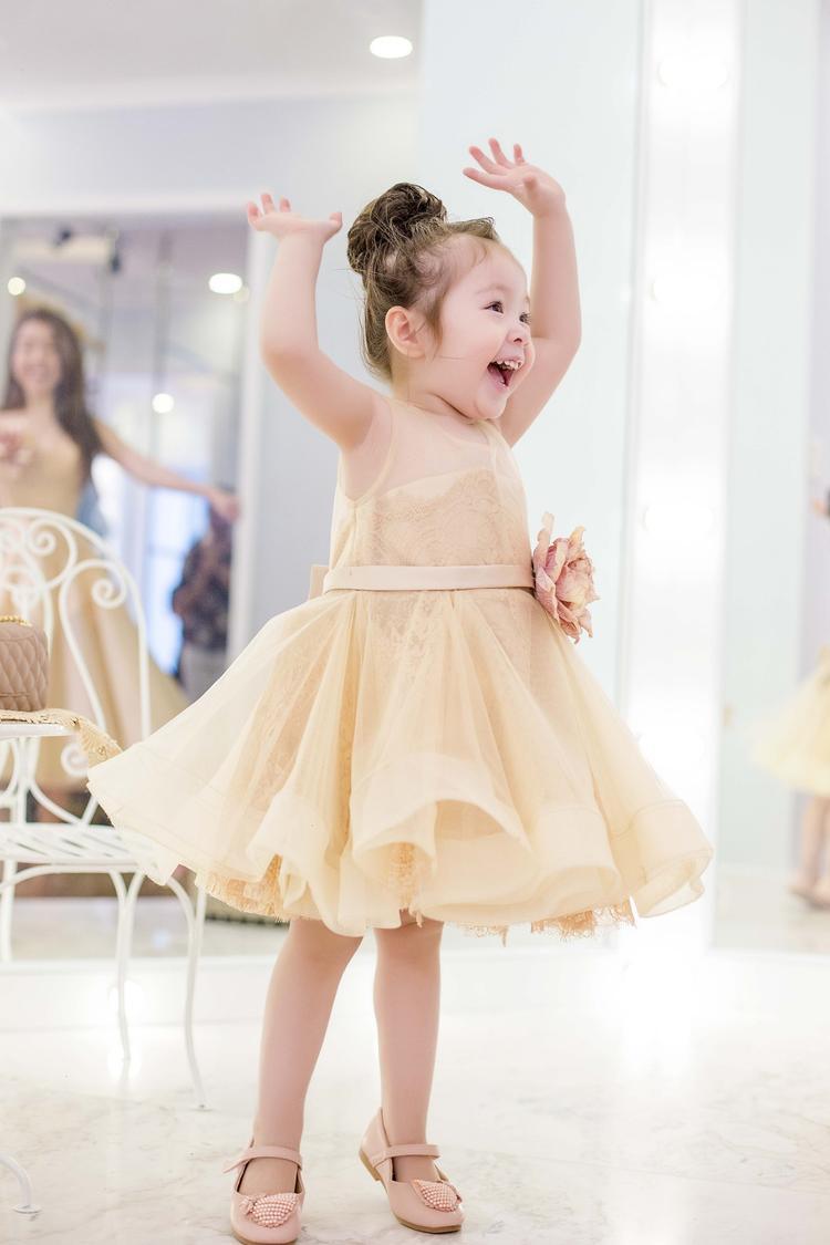 Cô công chúa đầu lòng của Elly Trần rất tinh nghịch và dễ thương.