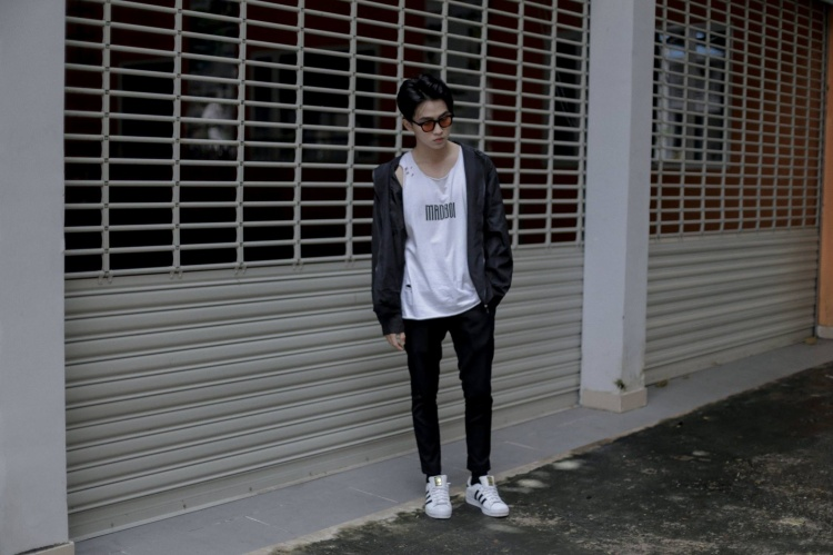 """""""Biến hình"""" ngay lập tức với hình ảnh badboy thực thụ cùng áo tank-top và sneaker."""