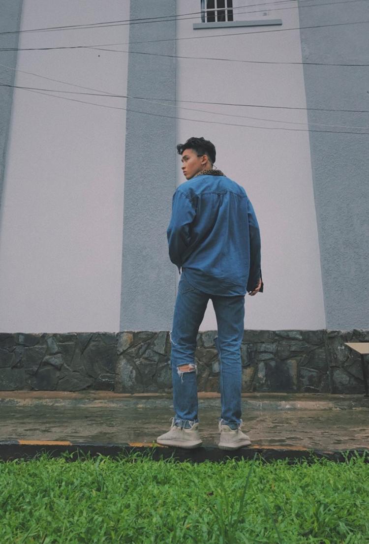 Vũ Khang trong trang phục jeans bụi bặm với vẻ badboy cực ngầu.