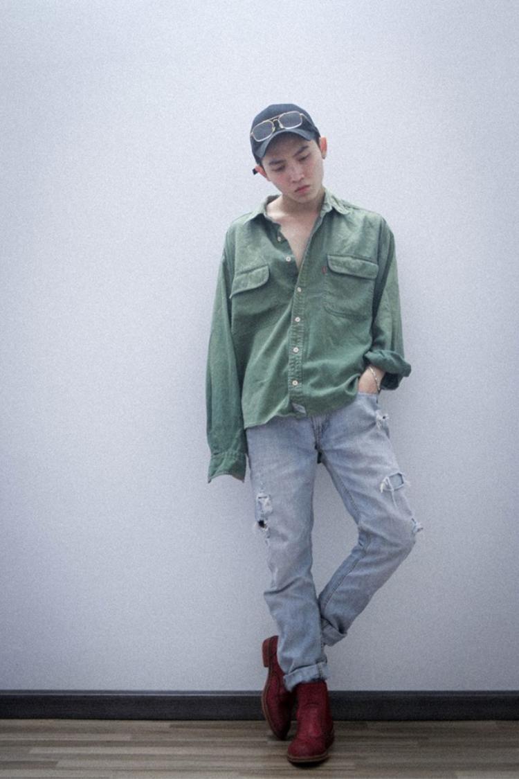 Style áo để ngoài quần không hề luộm thuộm nếu như bạn biết cách kết hợp tinh tế như Khang He. Kể cả là áo xanh giày đỏ đi chăng nữa cũng không làm khó anh chàng.