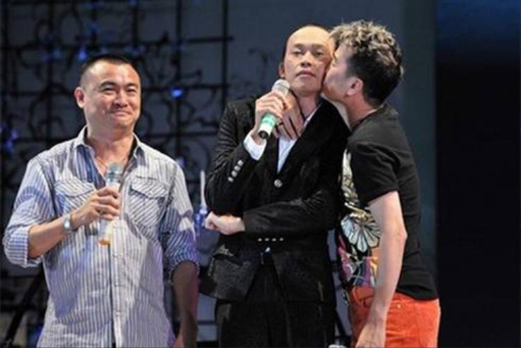 Là anh em thân thiết, hành động ôm hôn của Đàm Vĩnh Hưng dành cho Hoài Linh cũng từng một thời gian nhận sự dè bỉu.