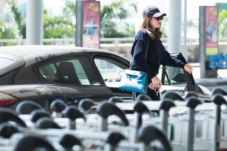 Trà Ngọc Hằng đi xe hơi tiền tỷ tới sân bay.