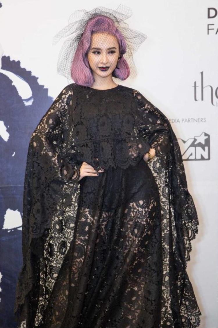"""Tại show diễn """"The Little Black Dress"""" (Huyền thoại những chiếc đầm đen) của NTK Đỗ Mạnh Cường, người đẹp sinh năm 1995 xuất hiện ấn tượng với mái tóc tím và phong cách trang điểm vô cùng ấn tượng"""