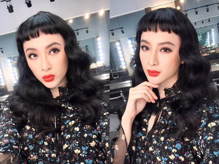 Phần mái ngang trán kết hợp với đuôi tóc xoăn bồng bềnh hóa ra lại cực hợp với gương mặt khả ái của Angela Phương Trinh