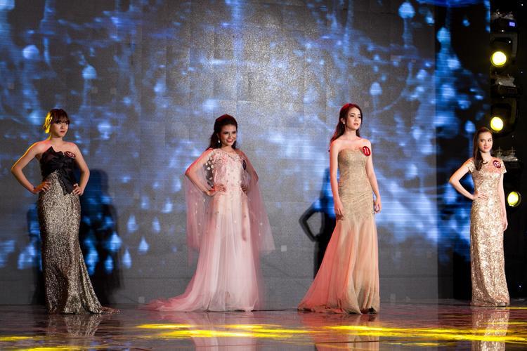 Các cô gái UEF với phần thi trang phục dạ hội đã thu hút sự chú ý của đông đảo khán giả bên dưới bởi độ hoành tráng và long lanh.
