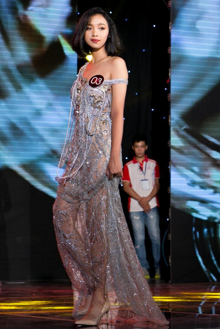 Chiếc váy cầu kỳ với phần vai trễ cùng các chuỗi hạt đính kết.