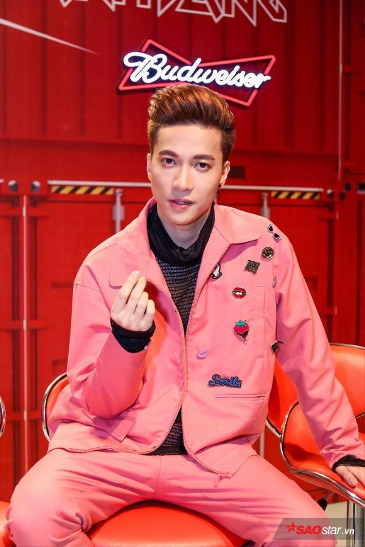 Style matchy matchy với cả cây màu hồng nổi bật trong hậu trường khi theo dõi đội Tiến Dũng trình diễn mở màn.