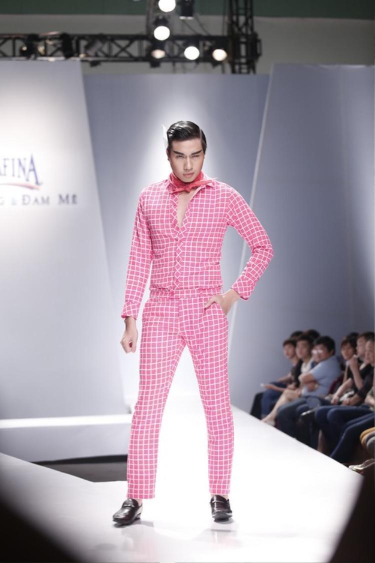 Mẫu nam mặc nguyên cây màu hồng trình diễn trên sàn runway.