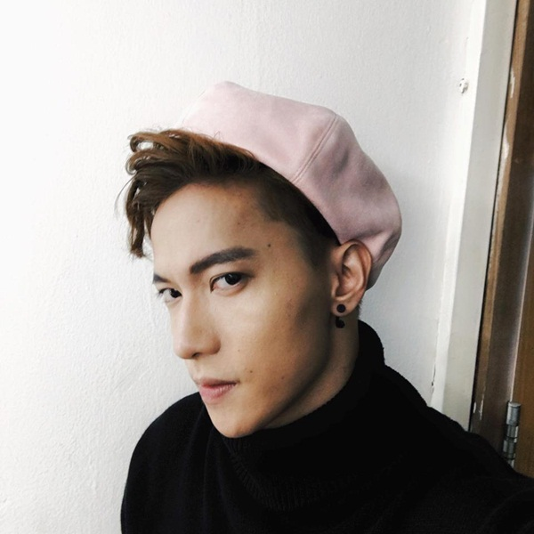 """Một chiếc mũ màu hồng nhạt vô cùng đáng yêu khi S.T pose dáng mặt với biểu cảm """"thả thính""""."""