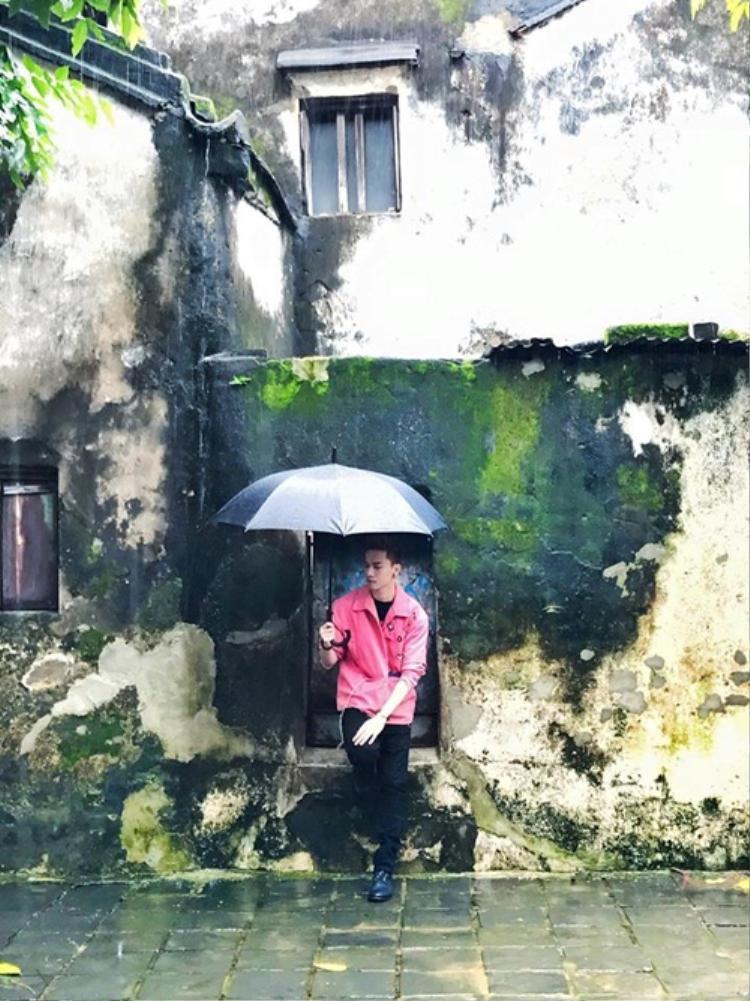 Vẫn set đồ đơn giản nhưng vì áo khoác hồng và chiếc ô che mưa mà S.T có được tạo hình lãng tử vô đối.
