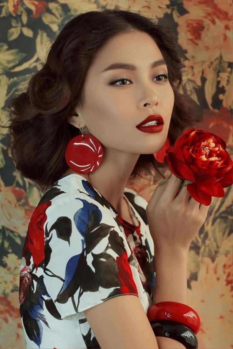 Ngắm nhìn những bức hình đẹp bất chấp với son môi đỏ của Mâu Thủy nhiều người nghĩ rằng có lẽ cô là lựa chọn xứng đáng nhất cho gương mặt thương hiệu của màu son này.