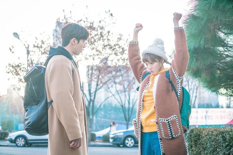 """""""Làm trái tim thì tươi cái mặt lên xem nào Bok Joo."""""""
