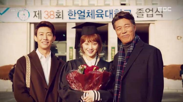 Bok Joo rạng rỡ trong ngày tốt nghiệp.