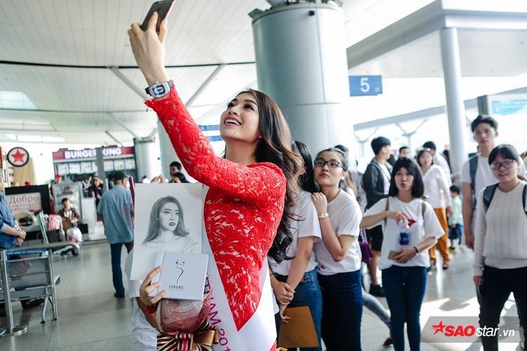 Người đẹp vui vẻ chụp hình cùng fan.