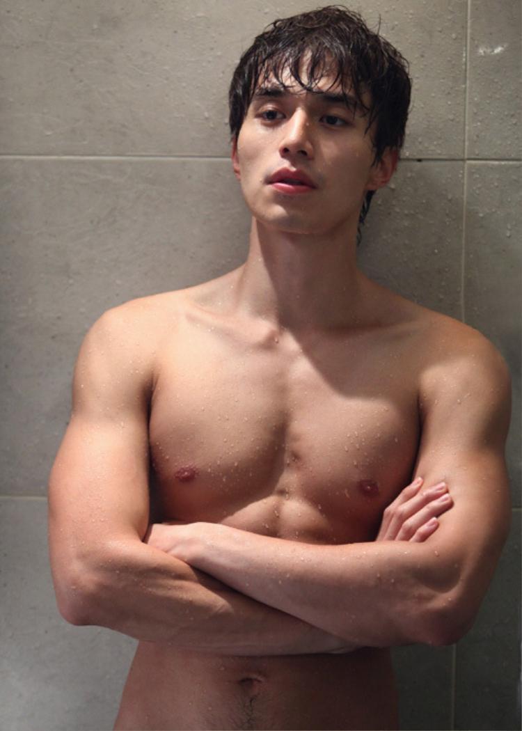 """Vóc dáng""""chuẩn không cần chỉnh"""" của nam thần Lee Dong Wook."""