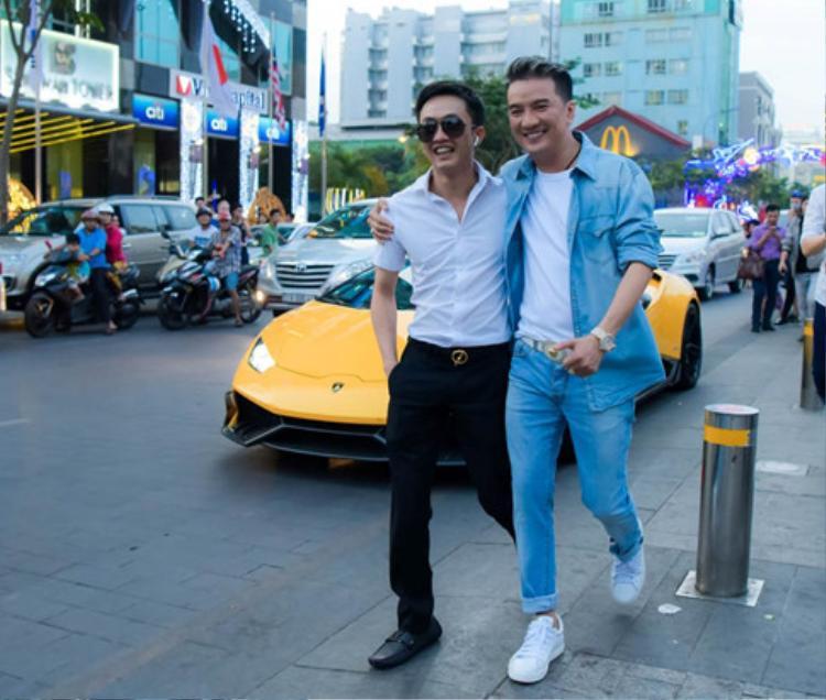 Ngoài ra, anh còn mời thêm Cường Đô la cùng dàn siêu xe xuất hiện trong MV tiền tỷ của mình.