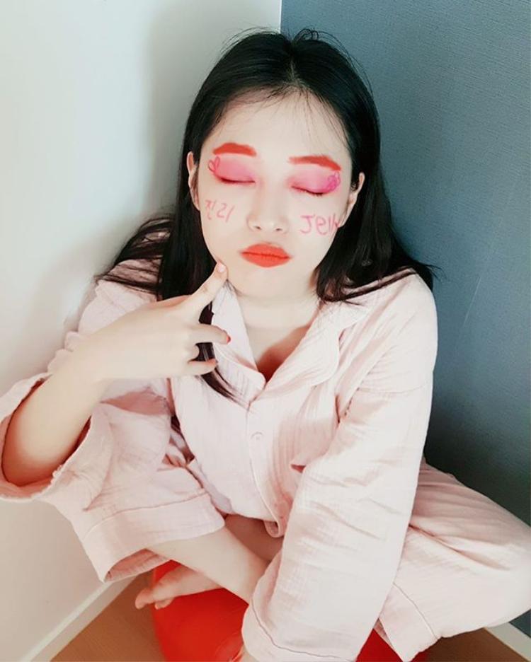 """Tự hỏi Sulli định nghĩa thế nào là """"xinh đẹp"""" khi makeup như thế này…"""