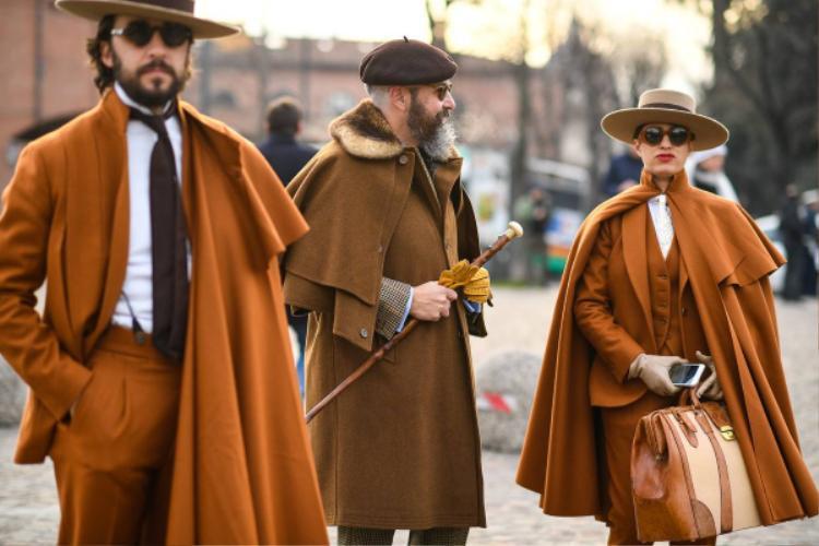 """Các quý ông xuất hiện tại London Fashion Week luôn lựa chọn hình ảnh cổ điển phù hợp với văn hóa nơi đây. Những sắc thái của màu nâu cũng """"lên ngôi"""" trên sàn runway đường phố."""