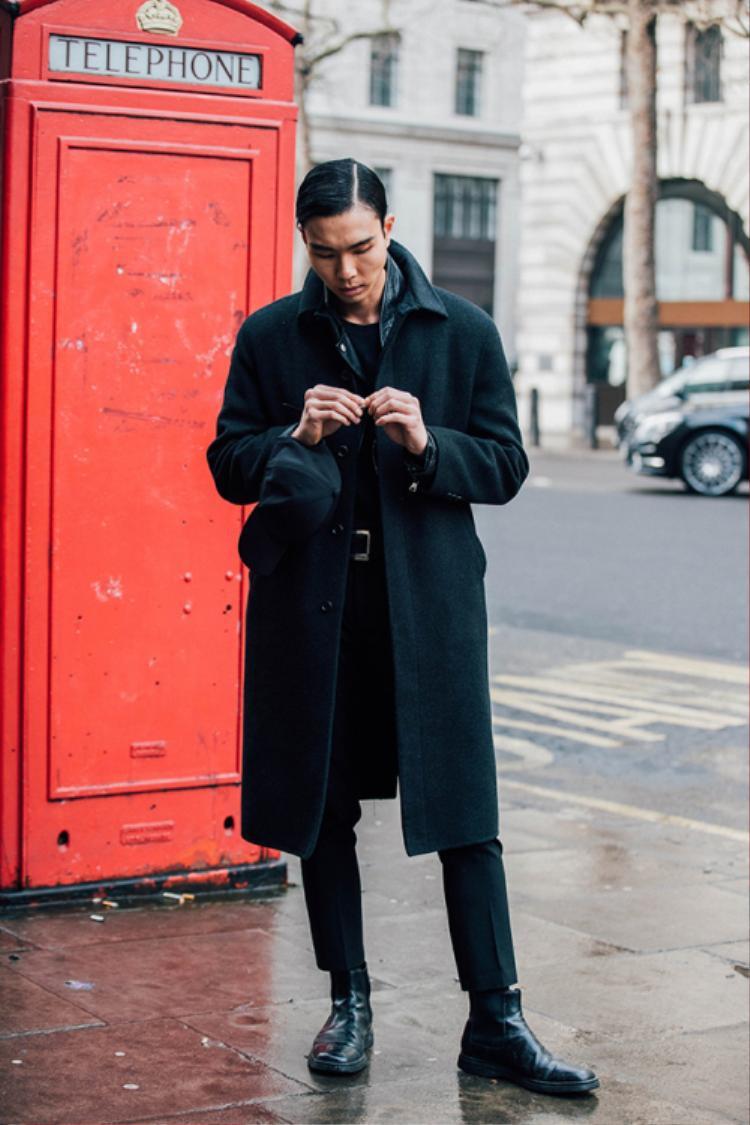Các tín đồ thích diện phong cách đơn giản nhưng vẫn thể hiện vẻ cá tính thì xu hướng All-black nên được note ngay vào sổ tay thời trang nhé!