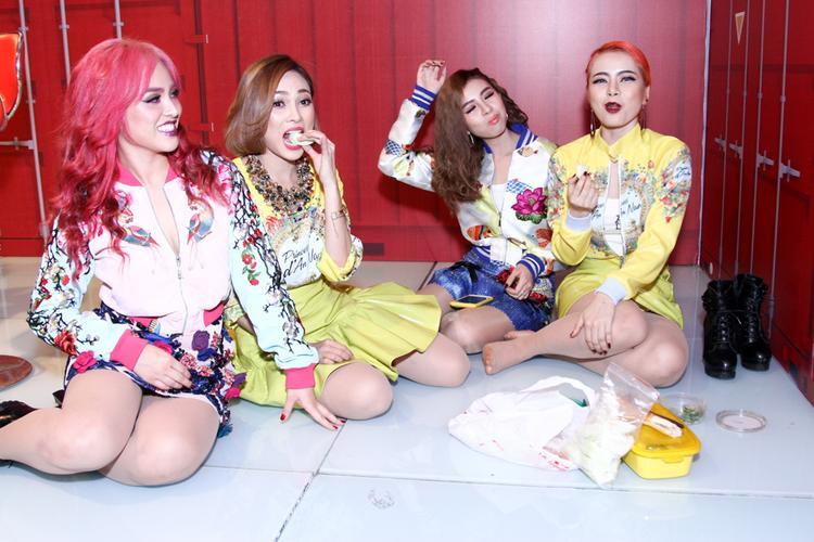 Các cô nàng S Girls ăn vội trong hậu trường