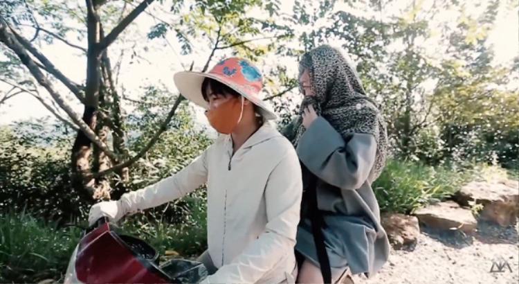 """Có một """"sư phụ"""" dễ thương, trùm trùm bịt bịt lên núi quay MV như thế."""