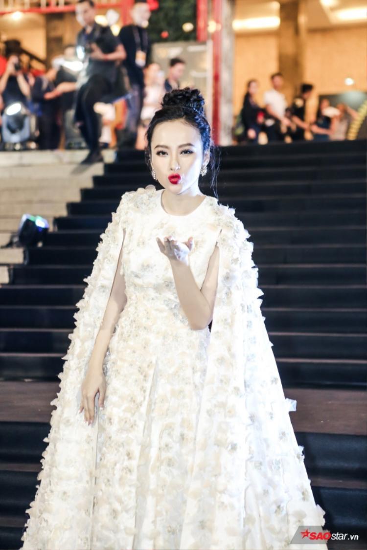 """Không hổ danh là """"nữ hoàng thảm đỏ"""", Angela Phương luôn khiến khán giả trầm trồ mỗi khi xuất hiện, và lần này không ngoại lệ. Trong thiết kế được thêu đính công phu, Angela được ví như nàng công chúa xinh đẹp."""