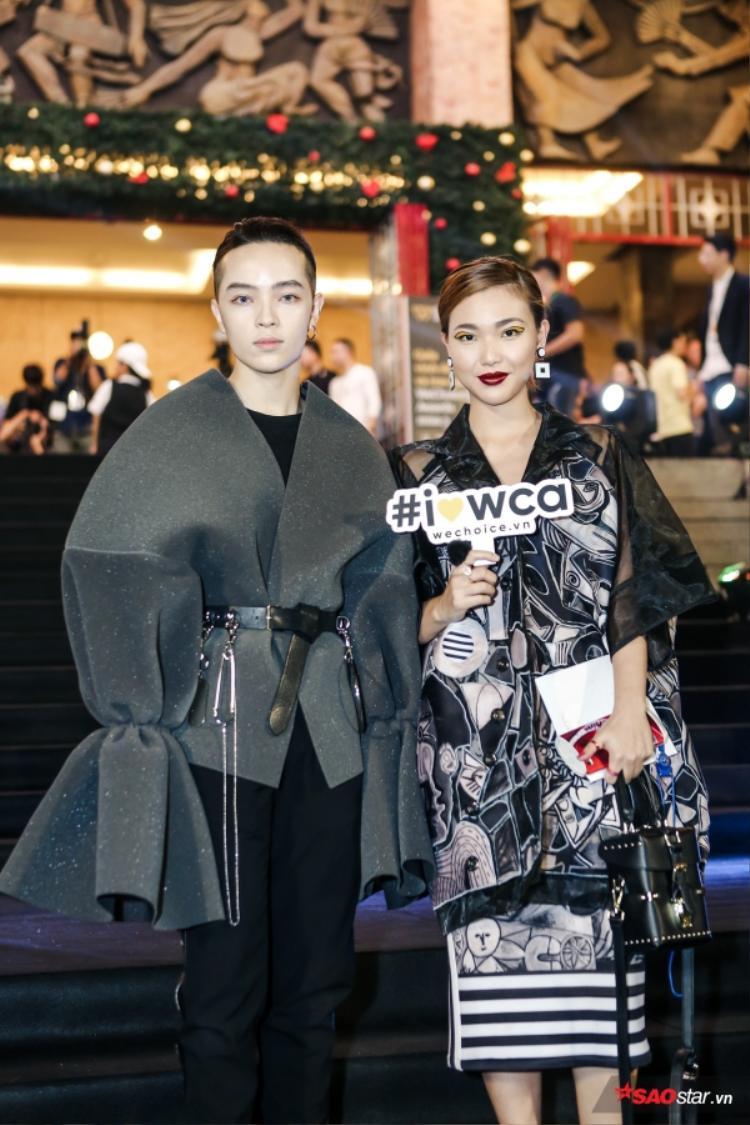 Kelbin Lee (trái) diện bộ đồ vô cùng ấn tượng