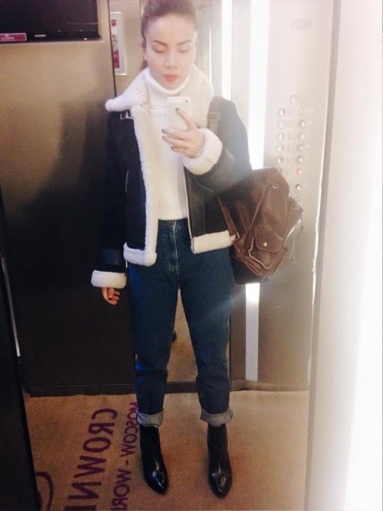 Cô nàng Yến Trang chất lừ với set đồ áo len cổ lọ mix cùng baggy bò và áo khoác lông cừu.