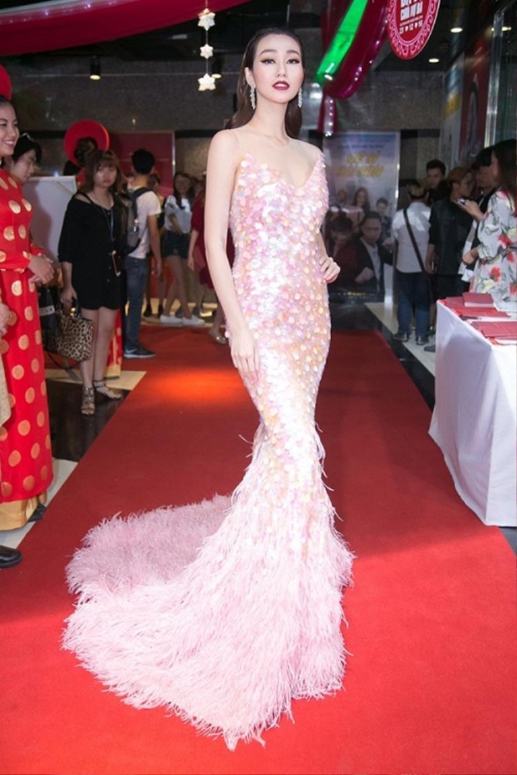 Khánh My hoàn toàn khác biệt mang đến hình ảnh nữ tính, gợi cảm trong một thiết kế đầm sequin nổi bật.