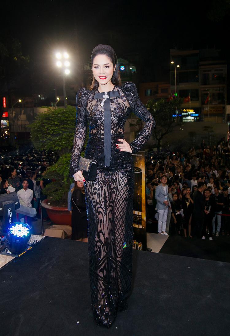 Chiếc đầm dài sang trọng là một thiết kế của NTK Nguyễn Tiến Truyển.