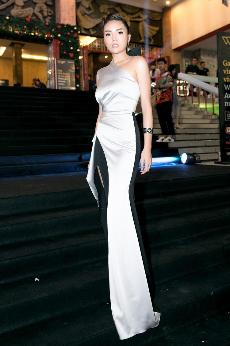 Hoa hậu Việt Nam năm 2014 có mặt trên thảm đen trong trang phục của NTK Đỗ Long.
