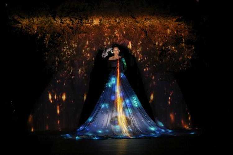Thu Minh mở đầu phần 3 của show diễn với bài hát All by myself cùng giọng ca đầy nội lực của mình.