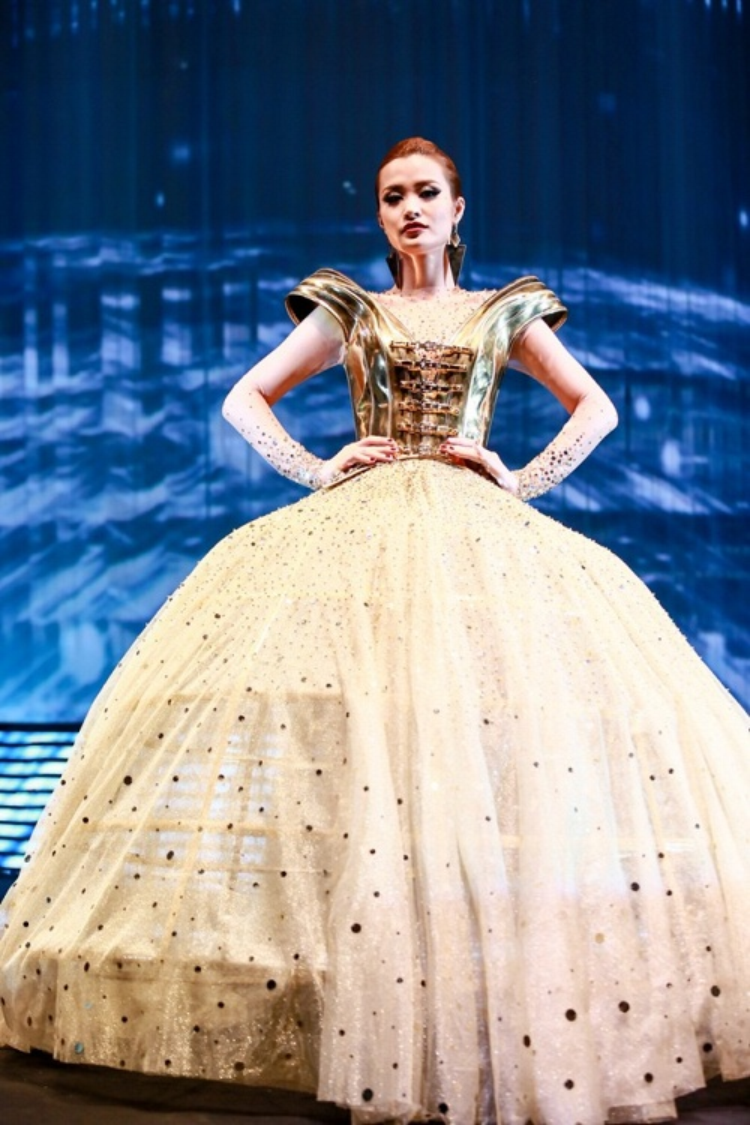 """Đông Nhi tỏa sáng như """"nữ hoàng"""" trên sàn runway trong một show diễn thời trang."""