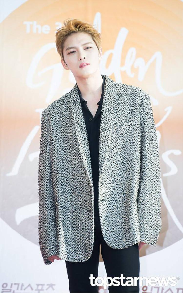 """Jaejoong xuất hiện một mình trên thảm đỏ lễ trao giải """"Grammy Hàn Quốc"""" 2017."""