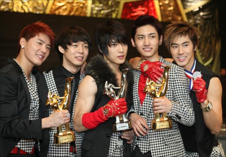 """Hình ảnh DBSK nhận giải Daesang - Giải thưởng quan trọng nhất của """"Grammy xứ Hàn"""" 2008."""