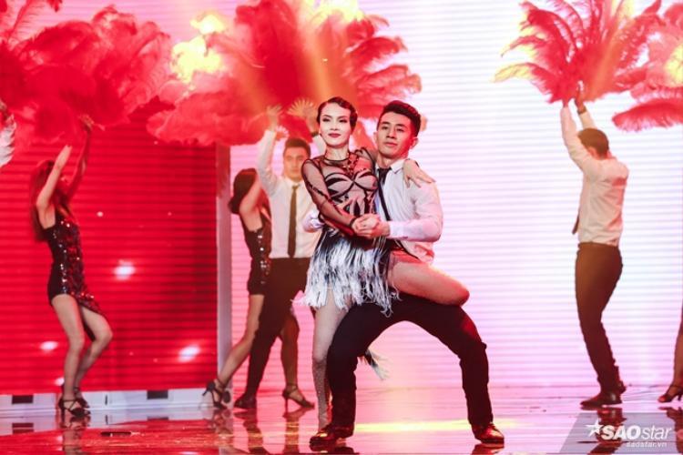 Bên cạnh đó, Yến Trang còn thể hiện sự uyển chuyển bắt mắt trên sân khấu Remix New Generation của một Quán quân Bước nhảy hoàn vũ.