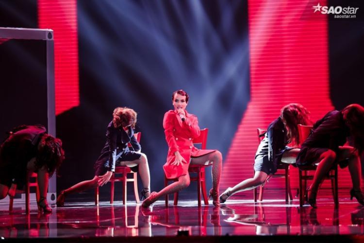 Tiết mục mở màn Waiting for you, Yến Trang cực kì quyến rũ trong trang phục đỏ và tạo hình kiểu cổ điển nhảy múa cùng những chiếc ghế. Phần biểu diễn của cô cực kì sexy và quyến rũ.
