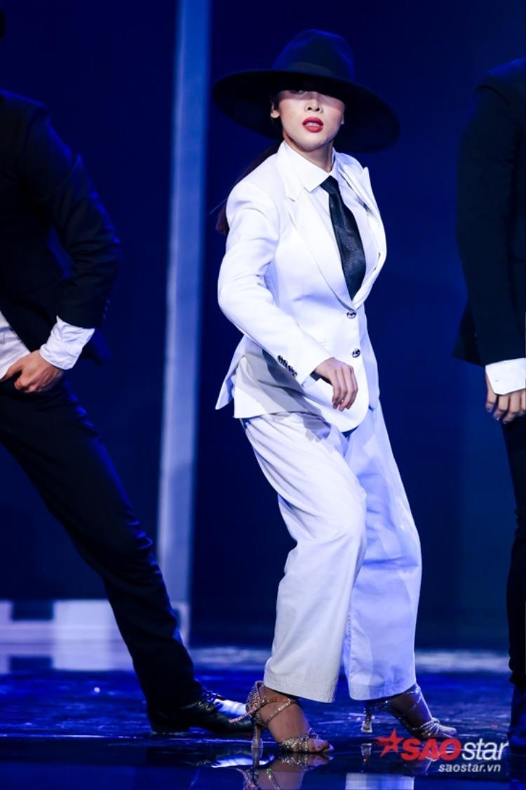 """Dù phải mặc chiếc quần """"bất đắc dĩ"""" nhưng Yến Trang vẫn vô cùng sung sức trình diễn nhưng chưa hề có gì xảy ra."""