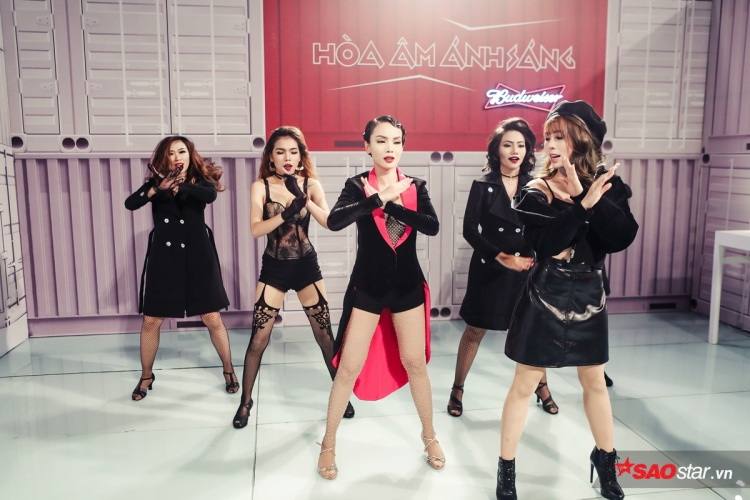 Trước giờ lên sân khấu, cả team vẫn cố gắng tập lại các động tác vũ đạo của mình.