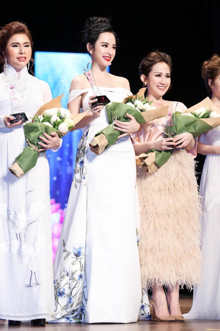 Angela Phương Trinh rạng rỡ nhận giải thưởng Nữ nghệ sĩ ấn tượng nhất của năm 2016.