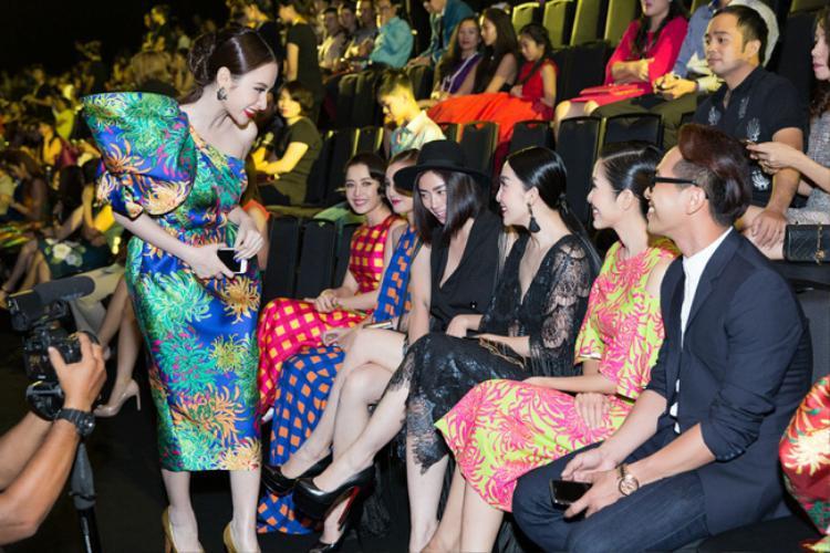 Giữa sự soi mói và chú ý từ phía dư luận, Angela Phương Trinh gây bất ngờ khi vui vẻ cúi chào đàn chịtại một sự kiện sau đó không lâu. Hành động thông minh của cô nàng nhận được rất nhiều sự ủng hộ của công chúng.