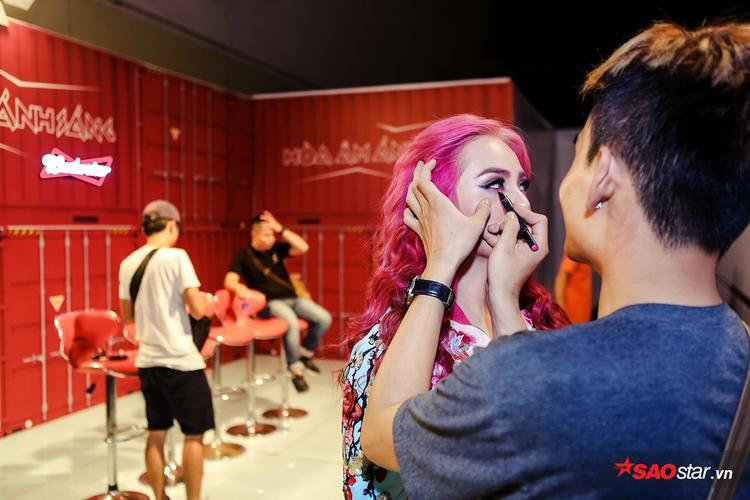 Càng gần đến giờ lên sân khấu, các cô gái càng thêm phần hồi hộp.