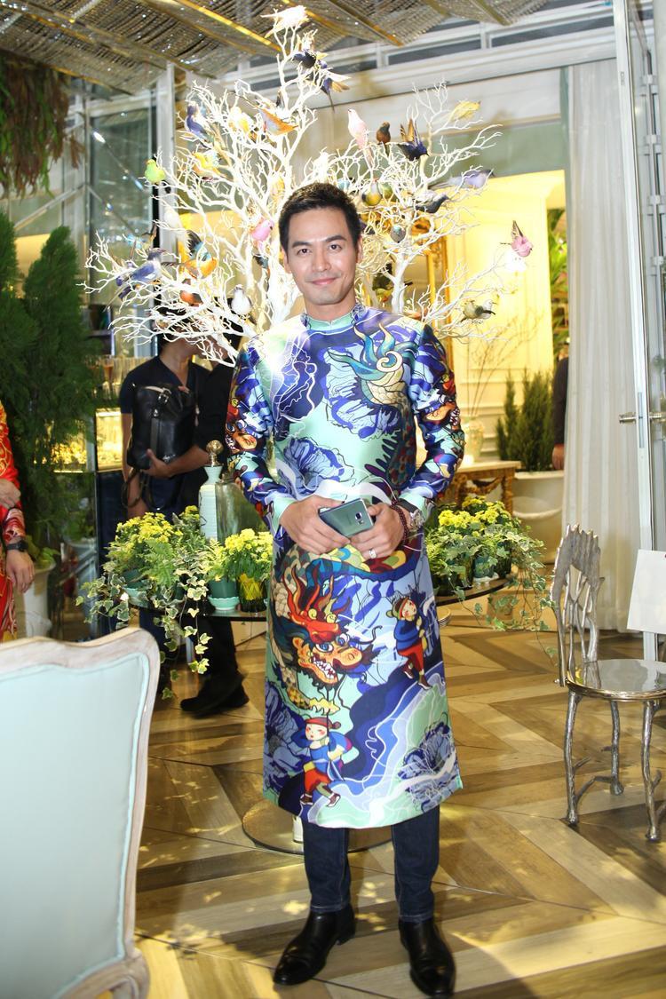 MC Phan Anh diện áo dài họa tiết rồng đẹp mắt.