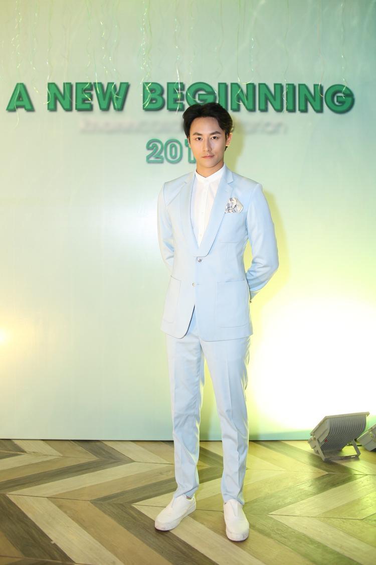 Rocker Nguyễn xuất hiện điển trai với bộ vest xanh lam.