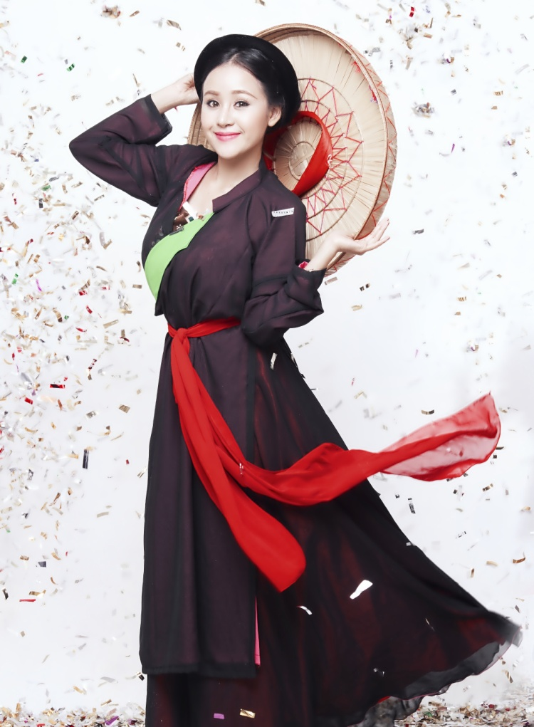 Quên hình ảnh sexy lộ hàng đi, đây là bà Tưng mặc áo dài hát về ngày Tết khiến nhiều người sụt sùi