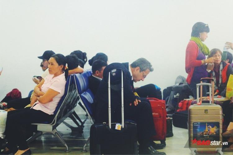 Một phi công đang nghỉ ngơi chờ chuyến bay tiếp theo.